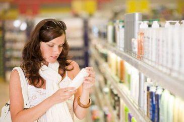 Mujer leyendo ingrediente parabenos del producto